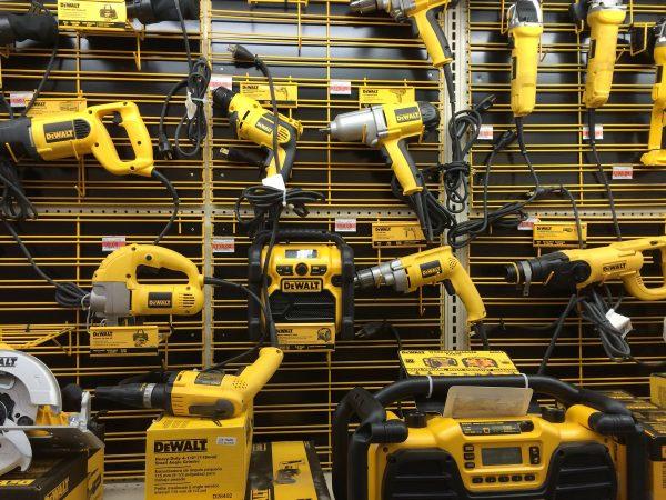 Imagem mostra muitos produtos DeWalt em uma loja, incluindo esmerilhadeiras.