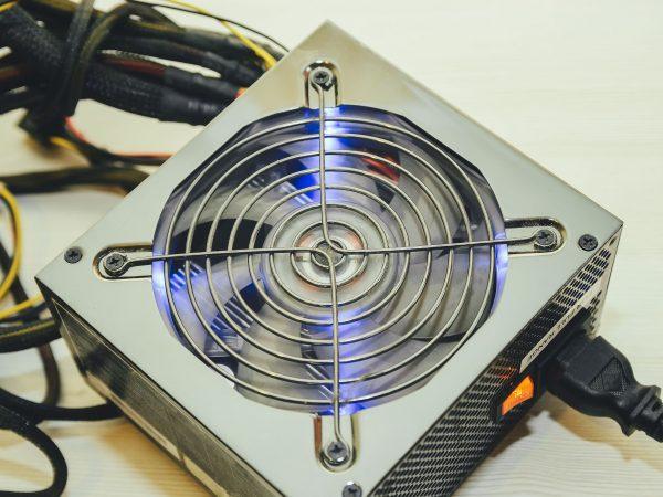 Imagem mostra uma fonte para computador sobre uma mesa.