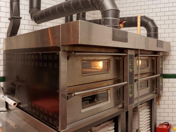 Imagem mostra um forno industrial de grande porte.