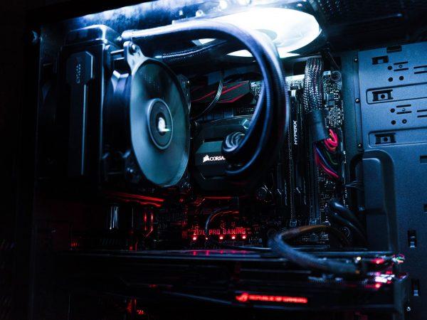 Imagem de gabinete gamer com iluminação interna e tampa lateral de vidro