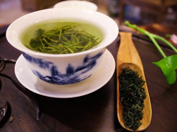 Chá verde na xícara.