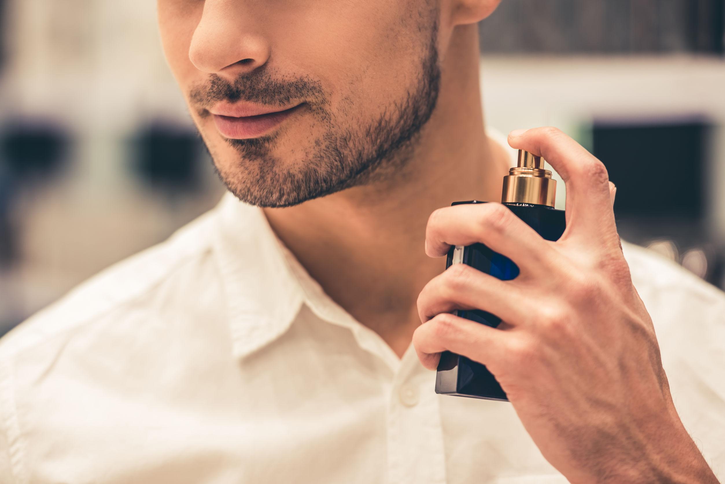 Close em homem passando perfume importando masculino