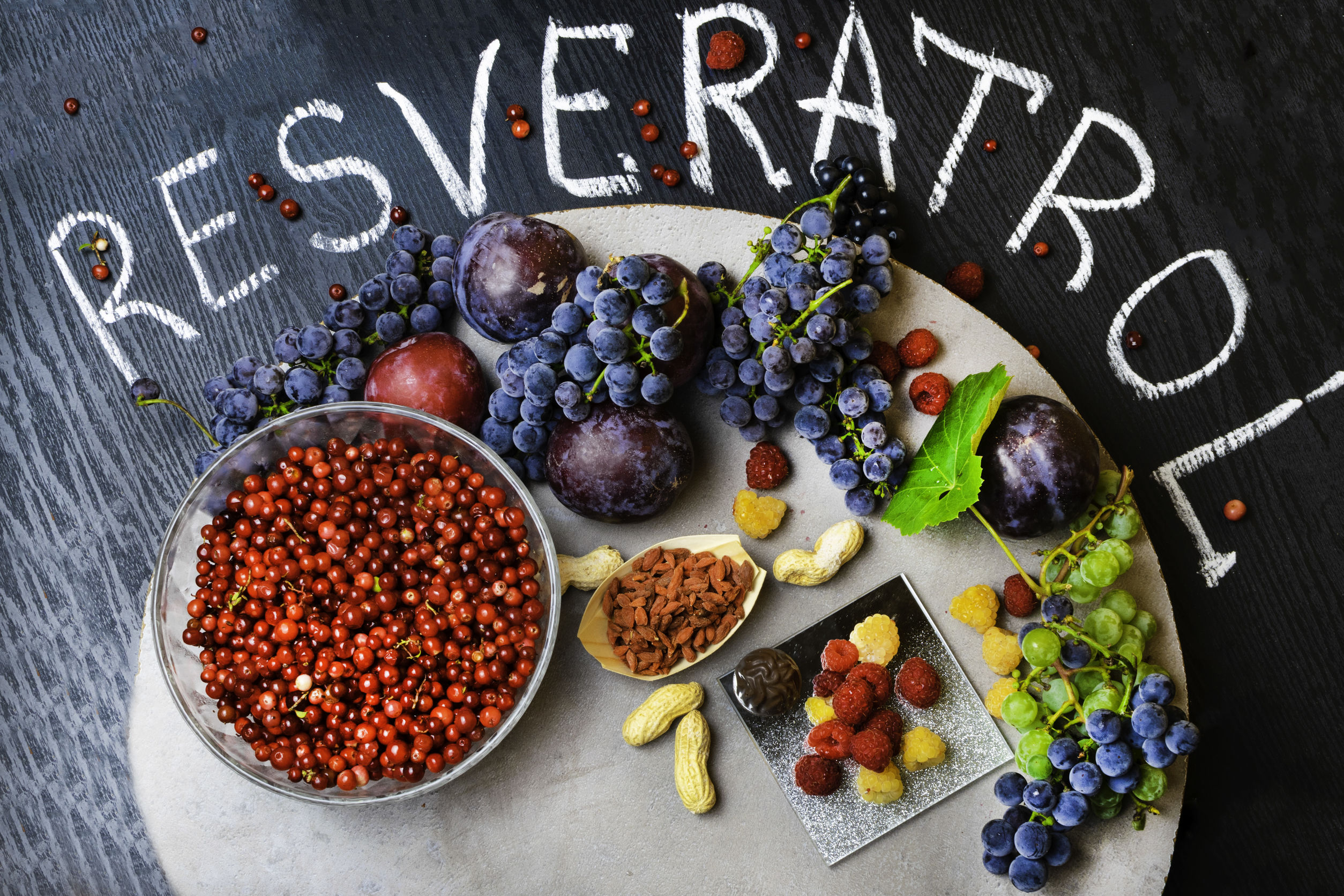 Frutas vermelhas com o escrito: Resveratrol.
