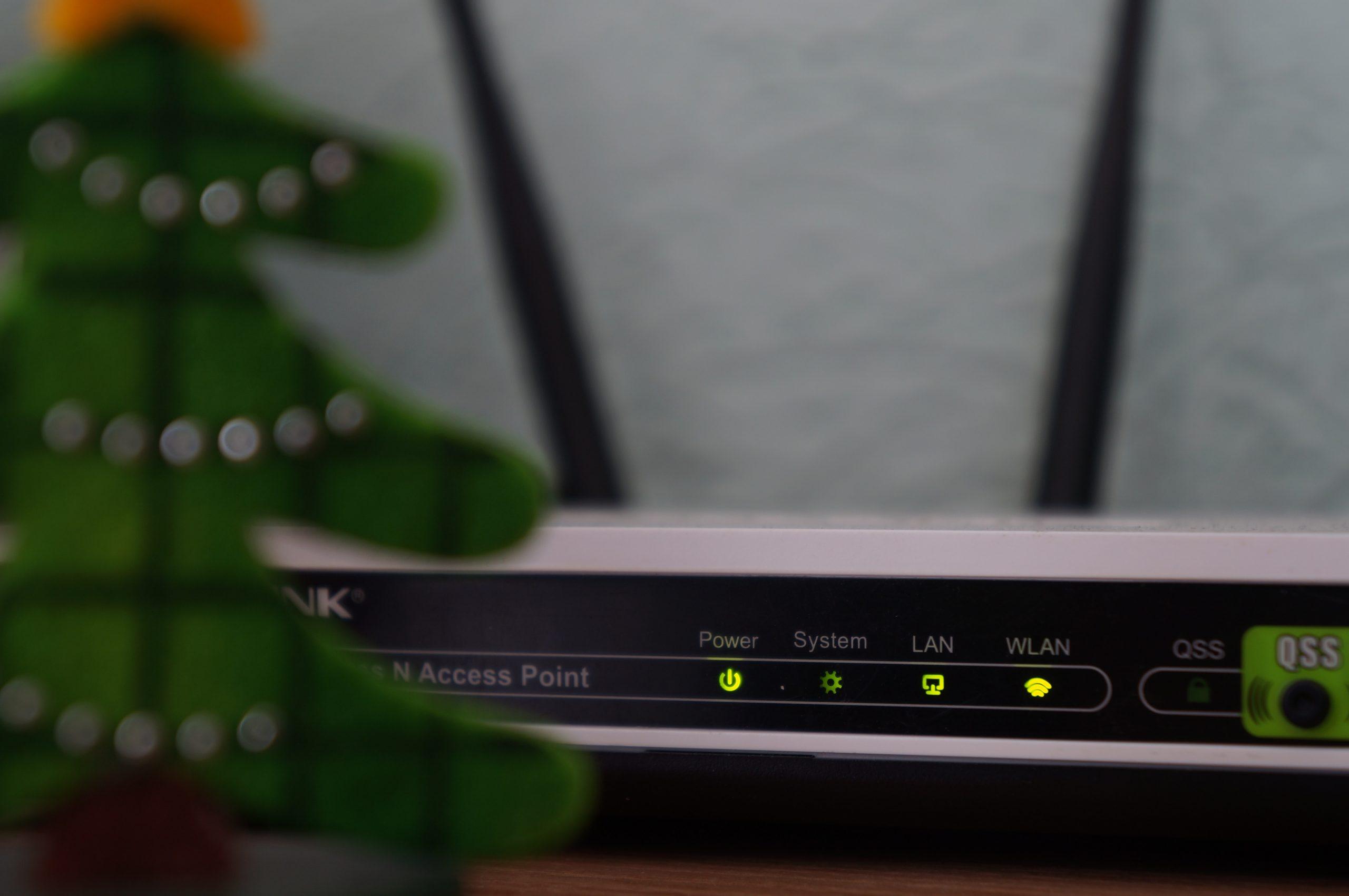 Imagem mostra um roteador ligado com várias luzes acesas.