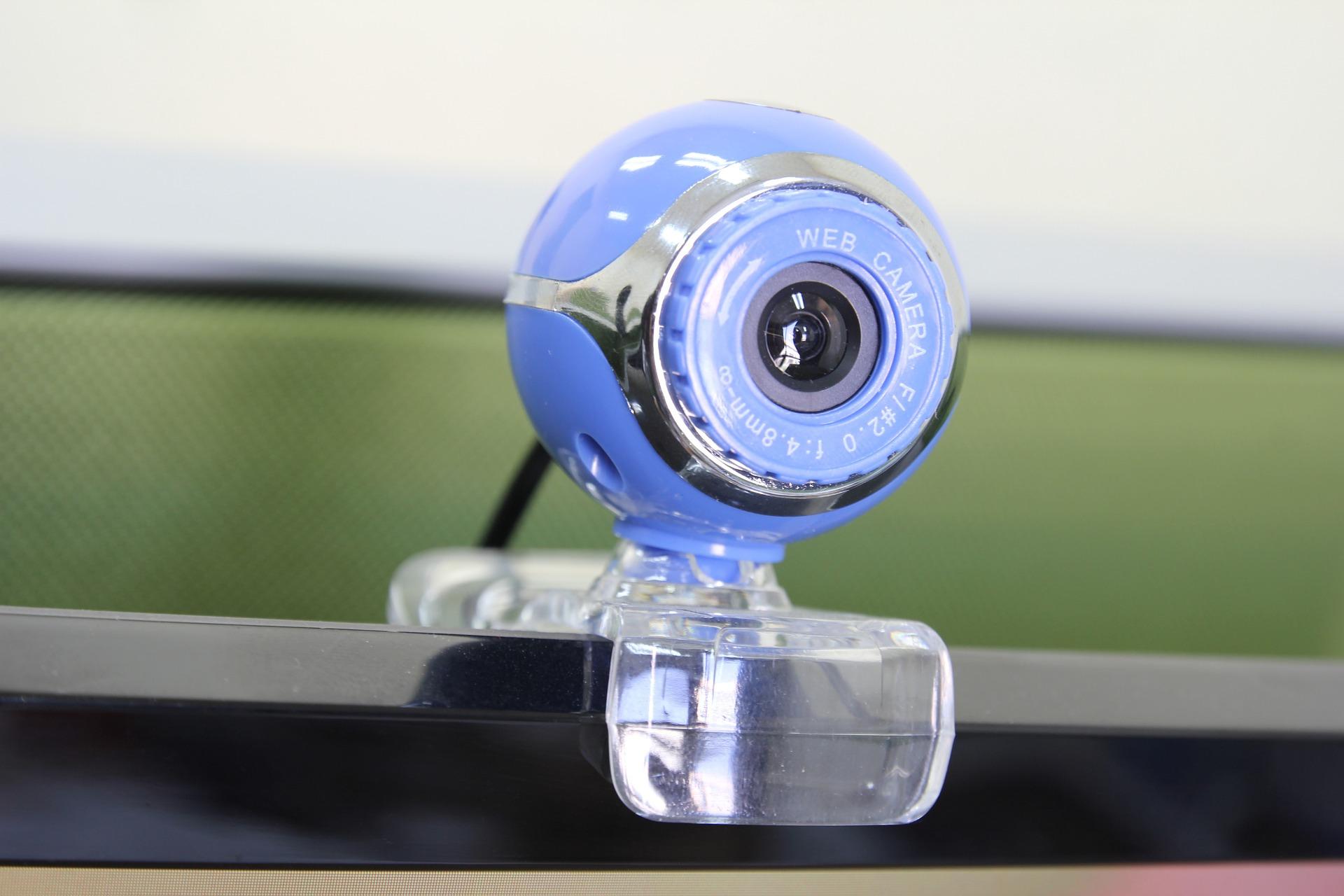imagem com foco em um modelo de Webcam, preso a uma tela