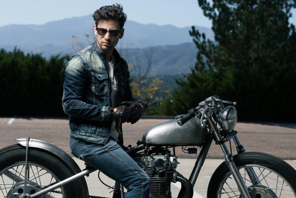 Imagem de um homem em uma motocicleta