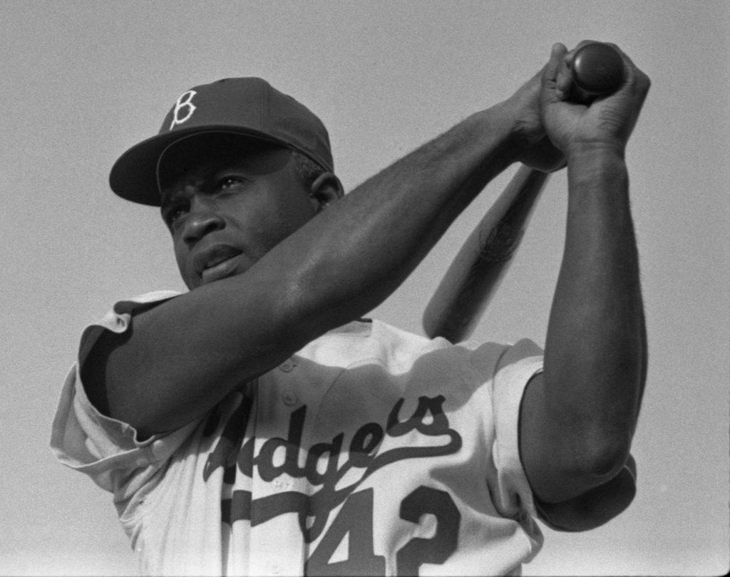 Jack Roosevelt Robinson segurando um taco de beisebol