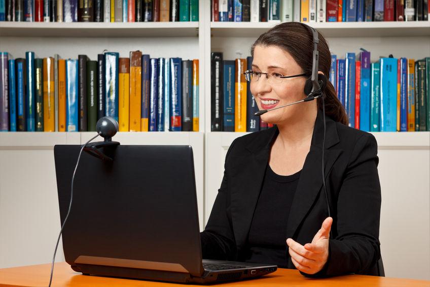 mulher em uma chamada de vídeo usando notebook e webcam