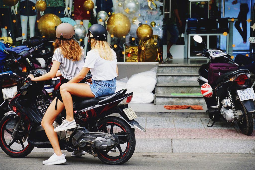 Duas mulheres em um moto.