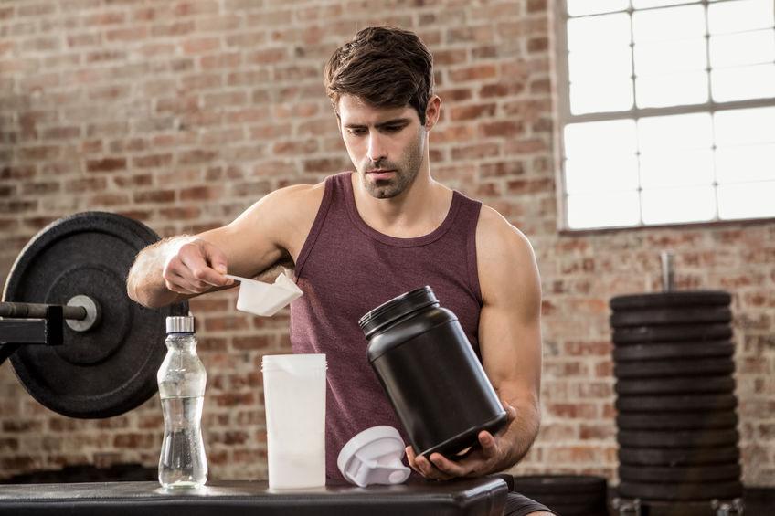 Imagem de um homem preparando um shake.