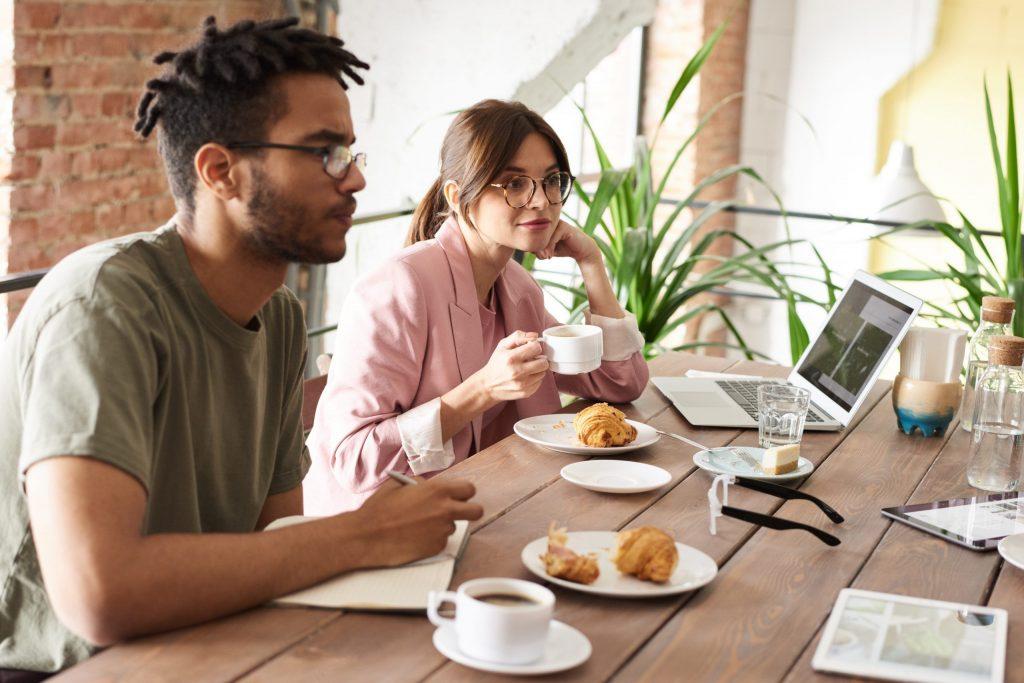 Imagem de pessoas tomando café da manhã.