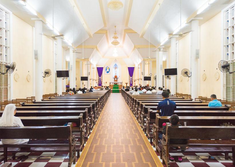 Imagem de igreja equipada com diversos ventiladores de parede