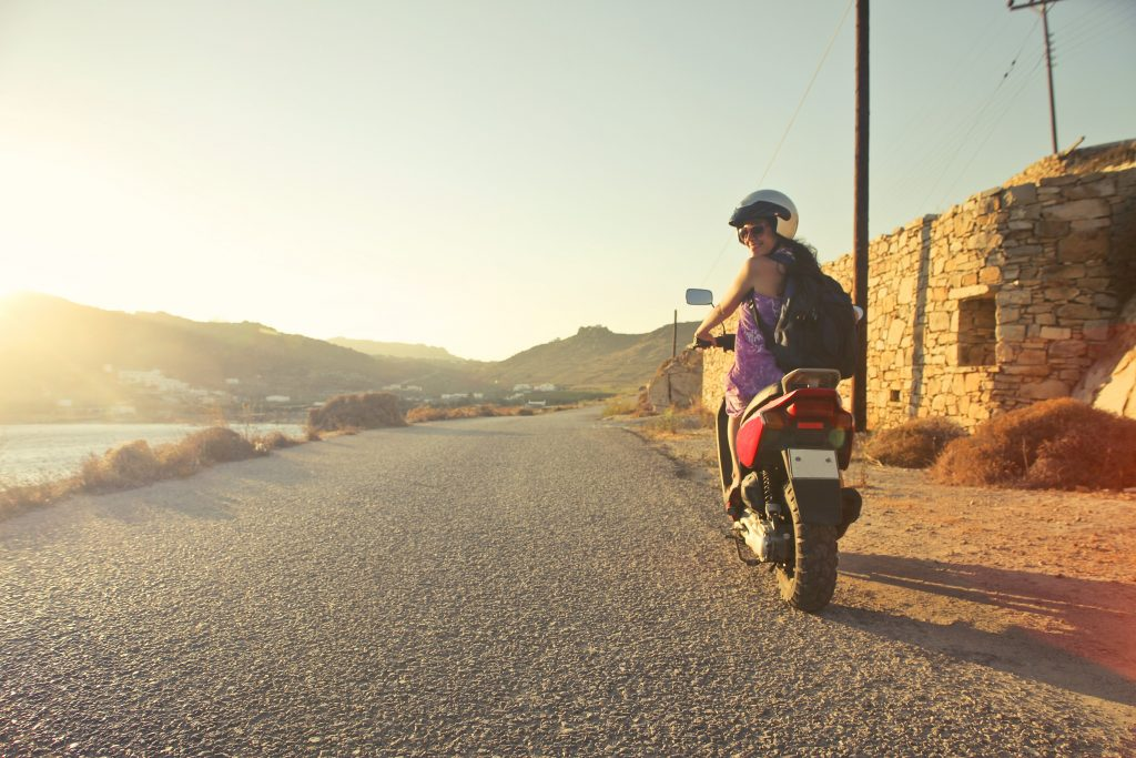 Imagem de uma mulher pilotando uma moto