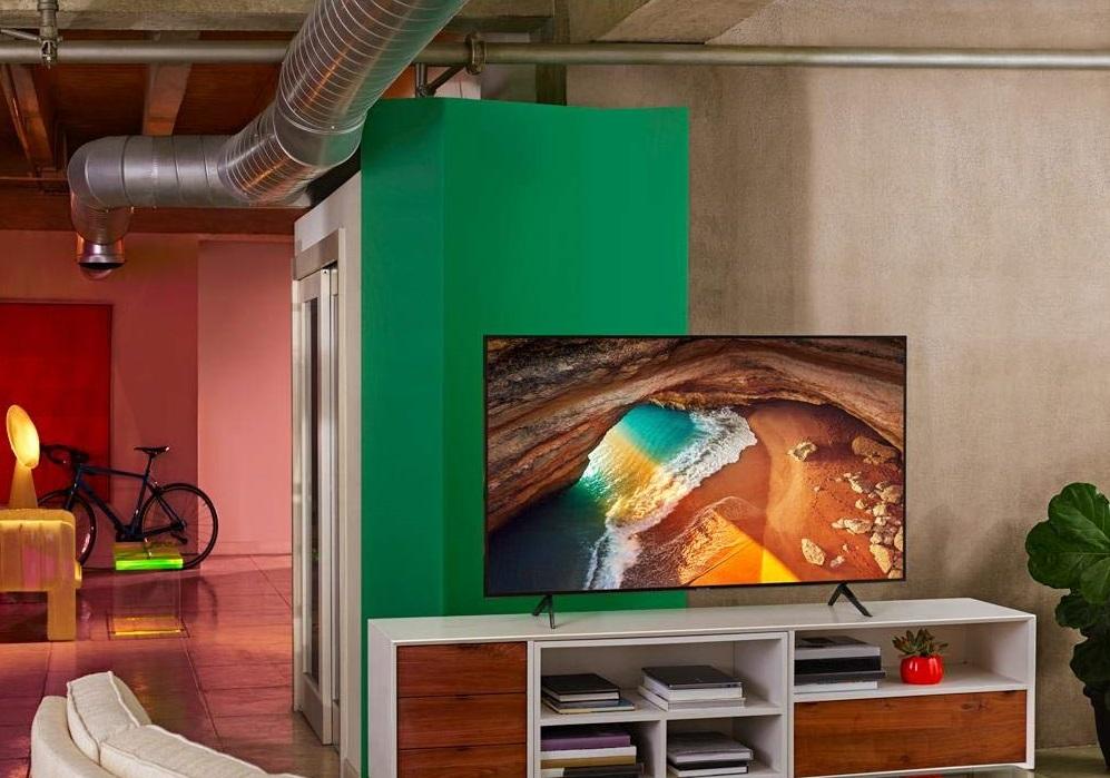 TV Samsung e bicicleta no fundo da sala.