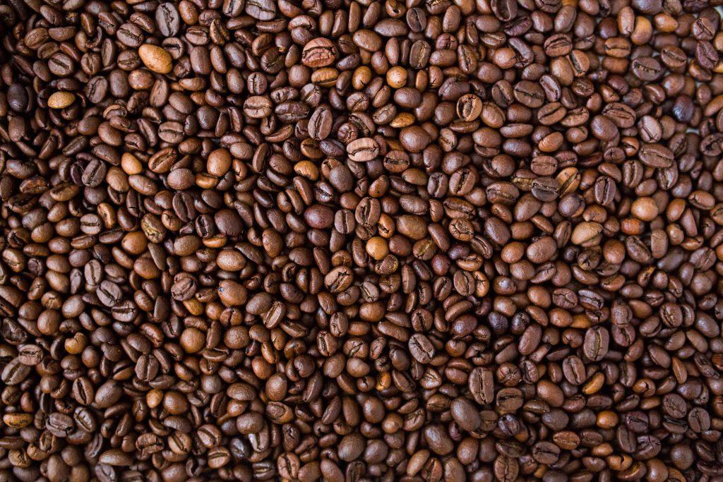 Imagem mostra grãos de café torrados