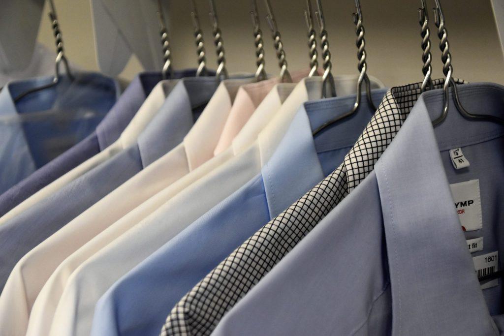 Imagem de uma arara com camisas sociais.