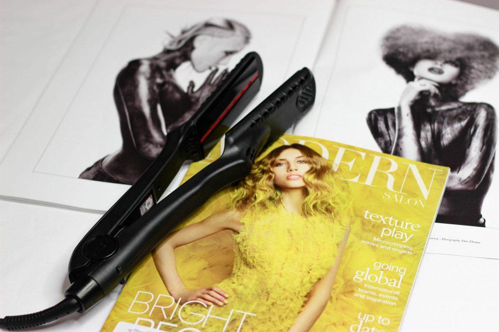 Na foto uma chapinha em cima de uma revista feminina.