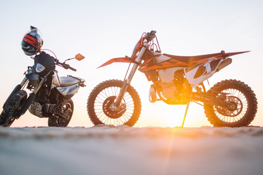 Duas motos paradas na estrada.