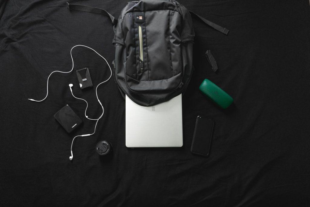 Imagem de mochila com itens de informática e HD externo Toshiba