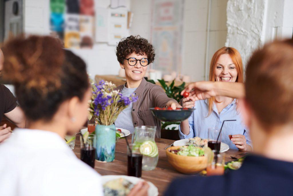 Imagem de um grupo de pessoas almoçando.