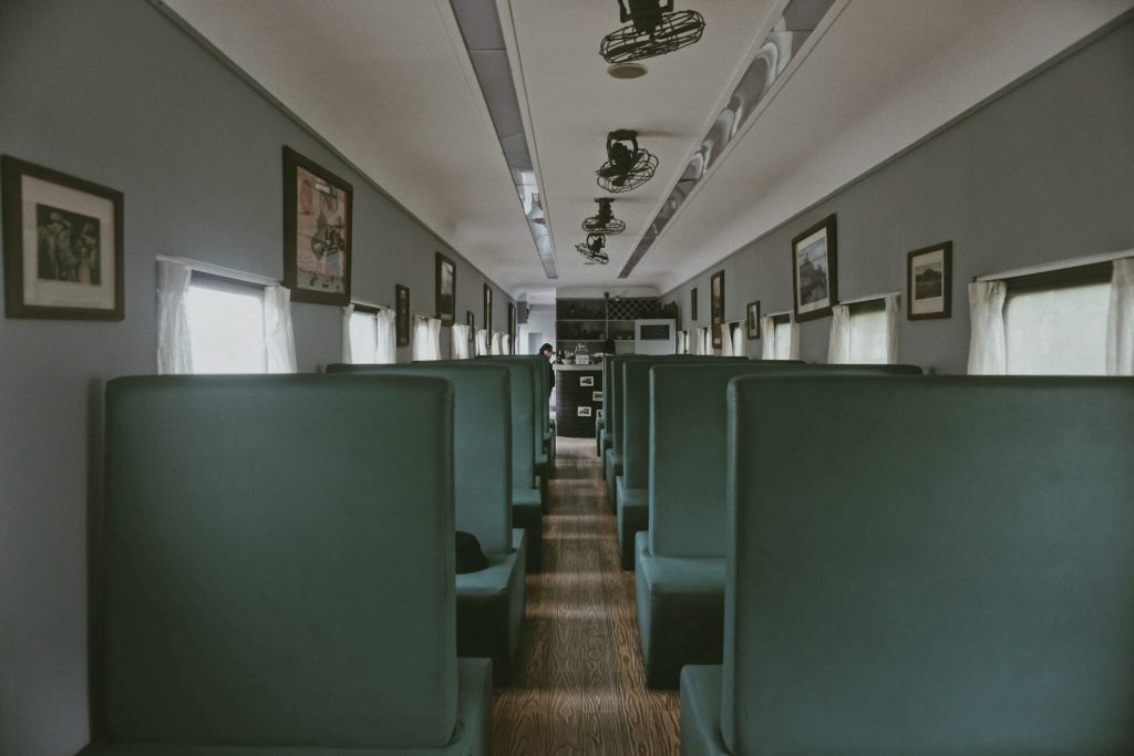 Imagem de salão de lanchonete com diversos ventiladores de parede fixados no teto