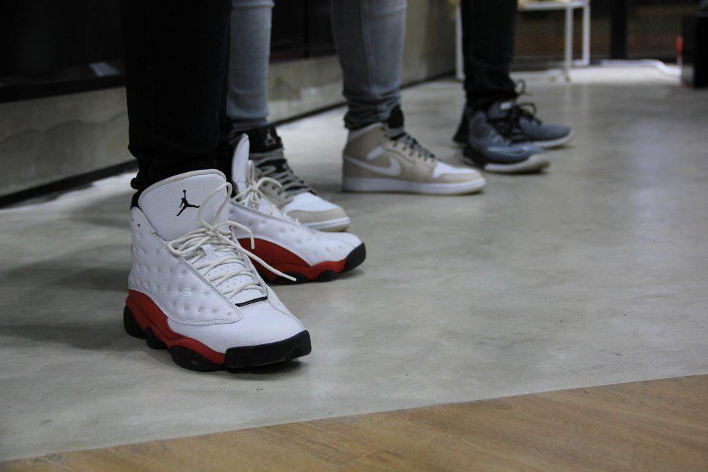Destaque de três pés com tênis de basquete.