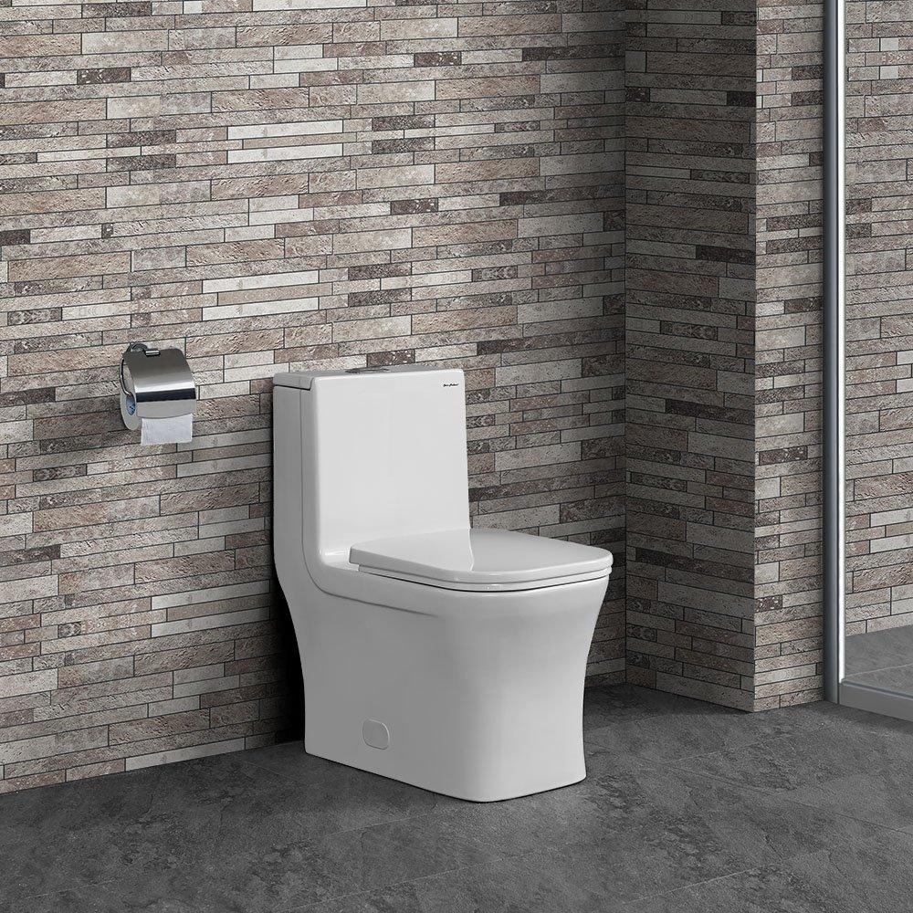 Um vaso sanitário quadrado em um banheiro