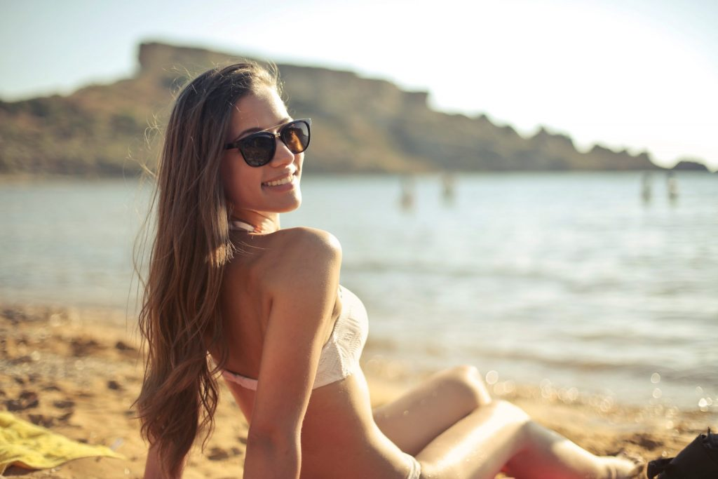 Imagem de uma menina na praia.