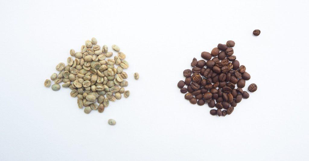 Imagem de grãos de café verde e preto.