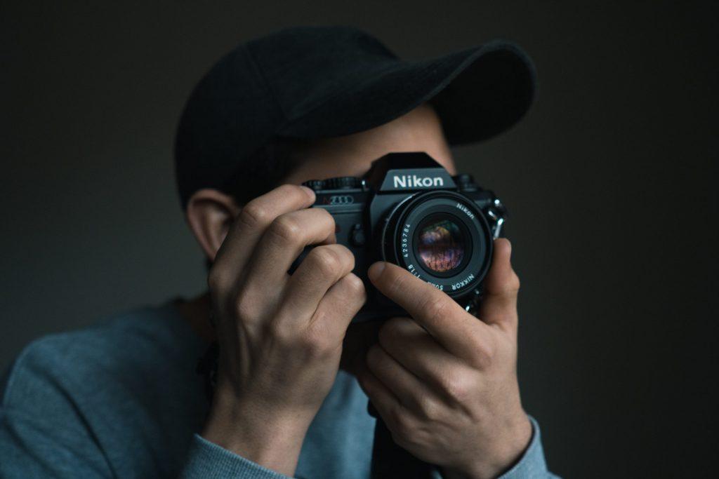 Imagem de um homem fotografando.