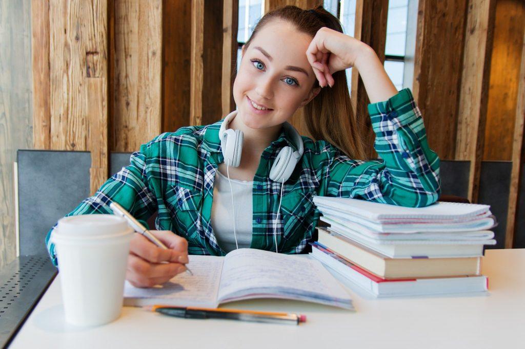 Menina estudando.