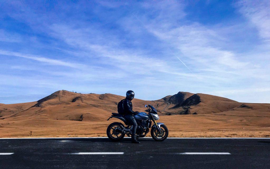 Motociclista na estrada.