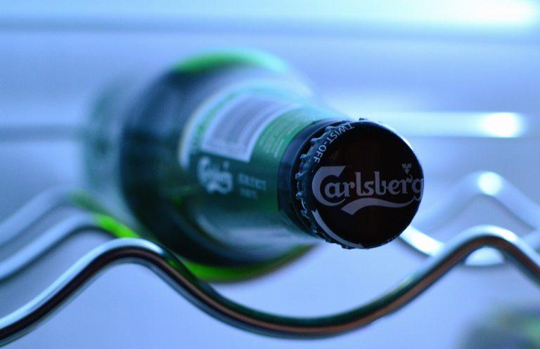 Imagem de uma cerveja dentro de frigobar.