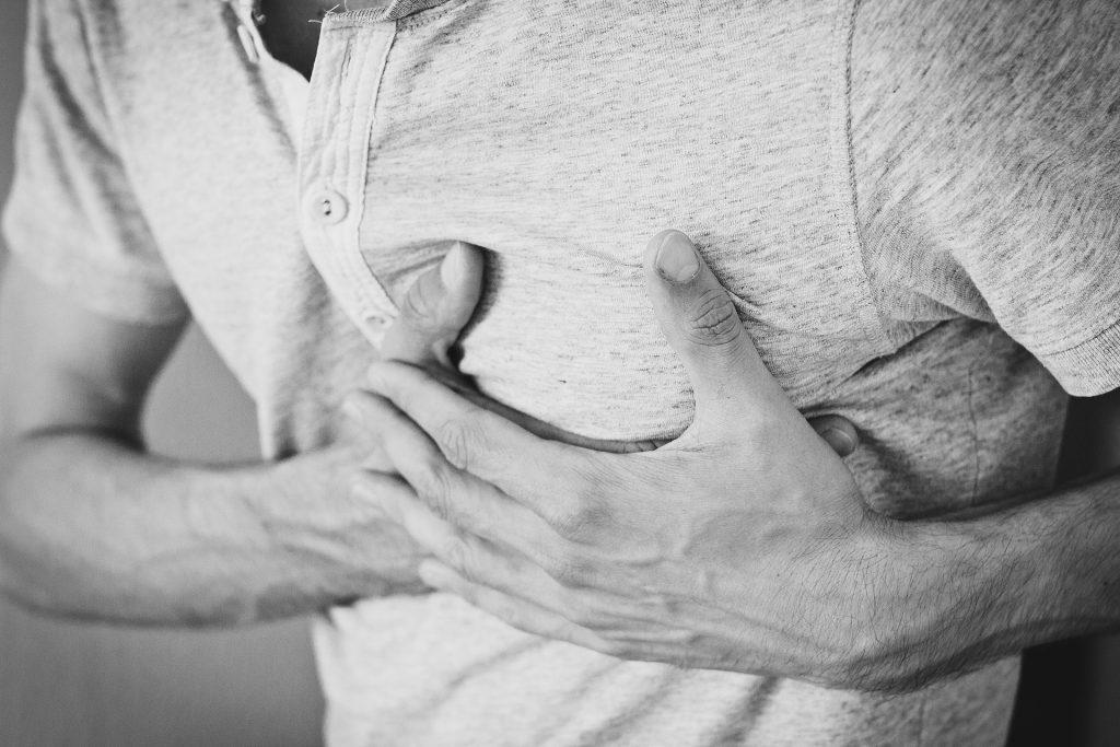 Homem com mão no peito.