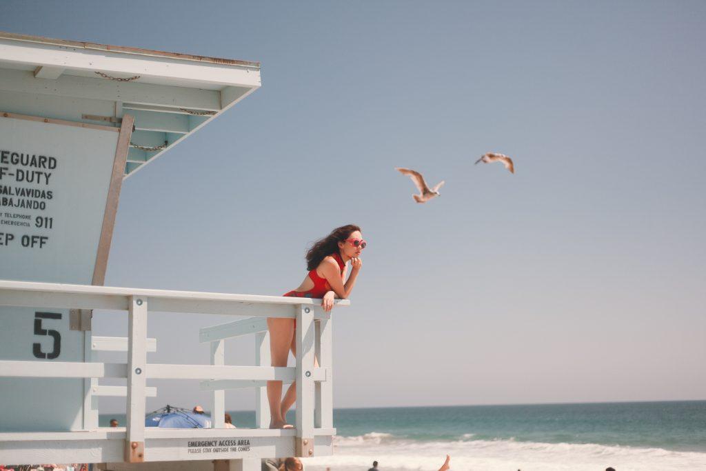 Imagem de uma mulher na praia.