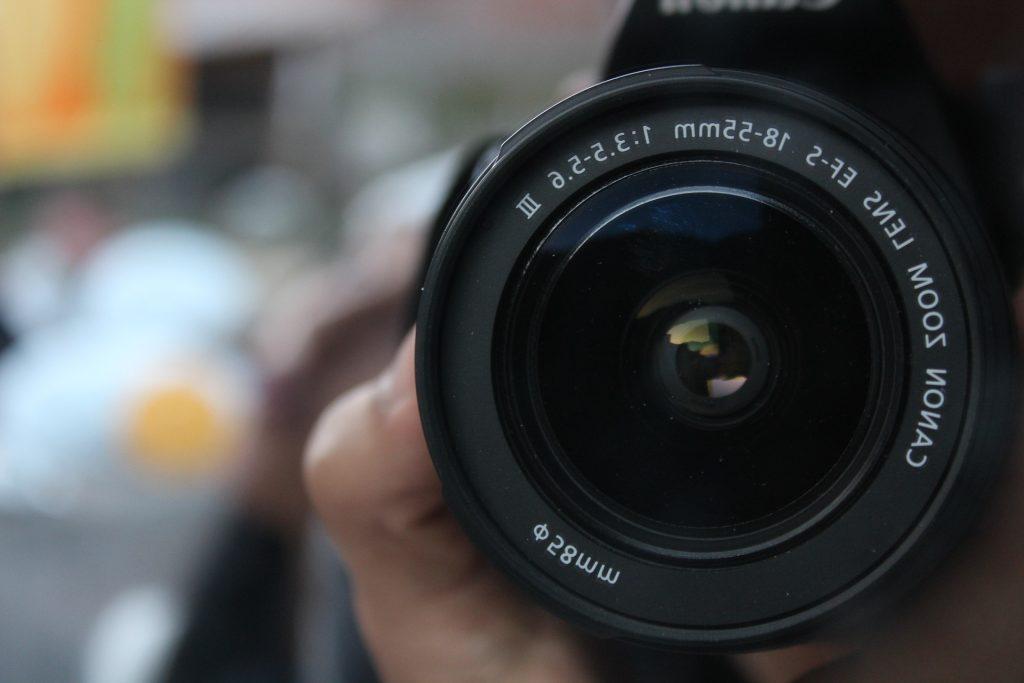 Foco em lente de câmera Canon.
