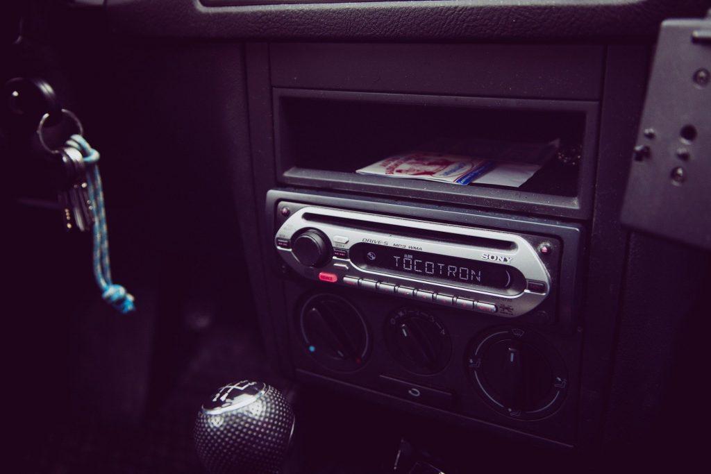 Som automotivo simples instalado em painel de carro