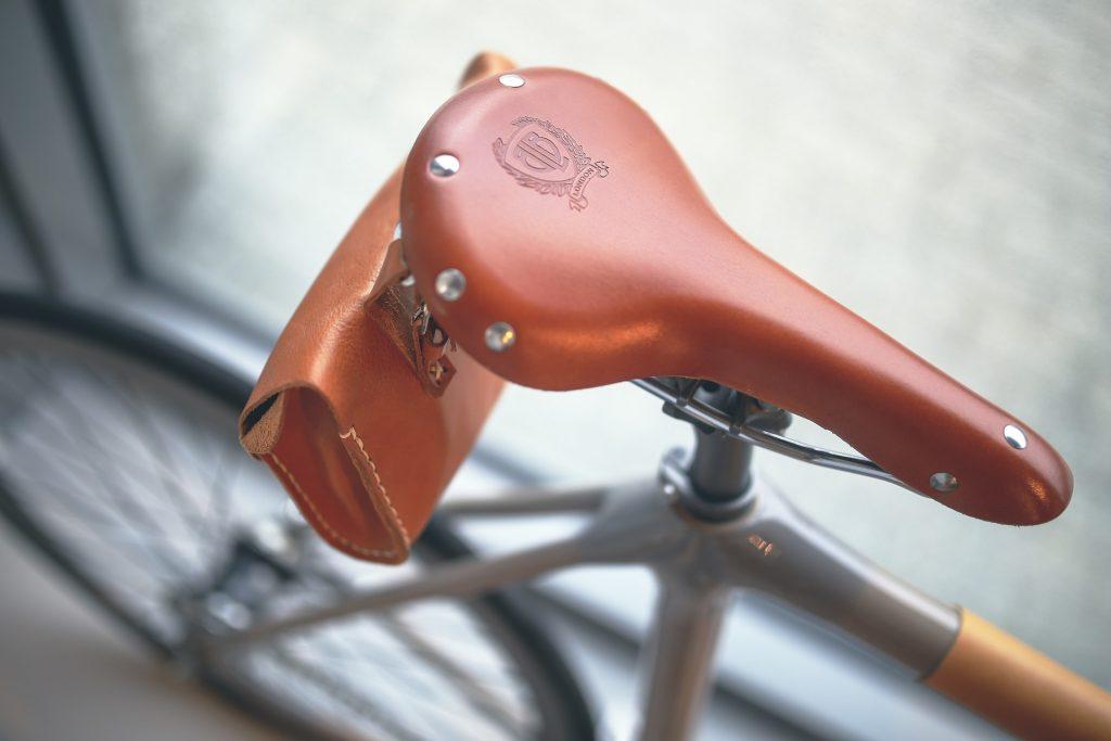 magem aproximada de selim de bicicleta com pequena bolsa de couro