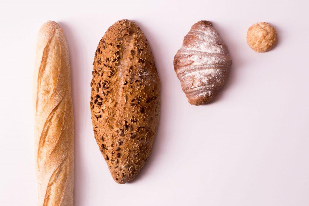 Imagem de diferentes tipos de pães.