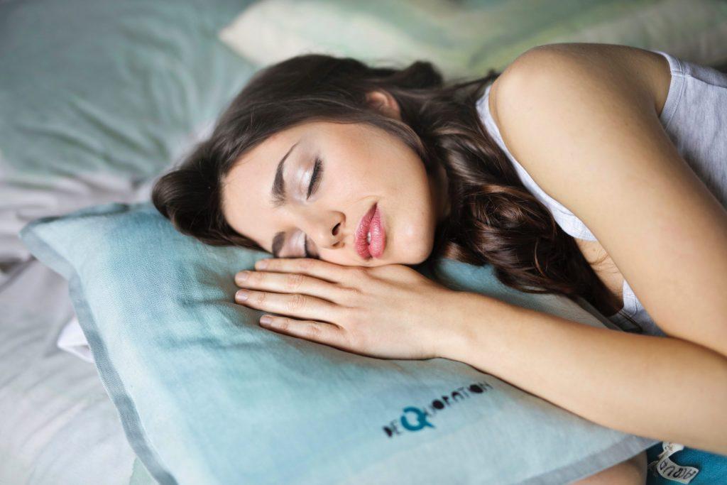 Mulher dormindo na cama.