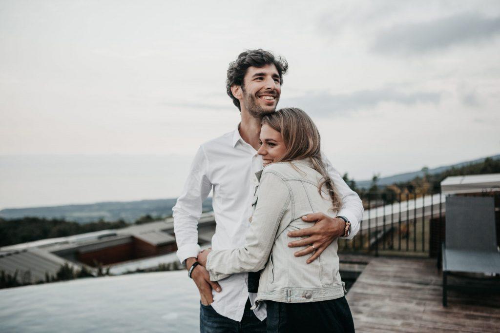 Imagem de um casal abraçado.