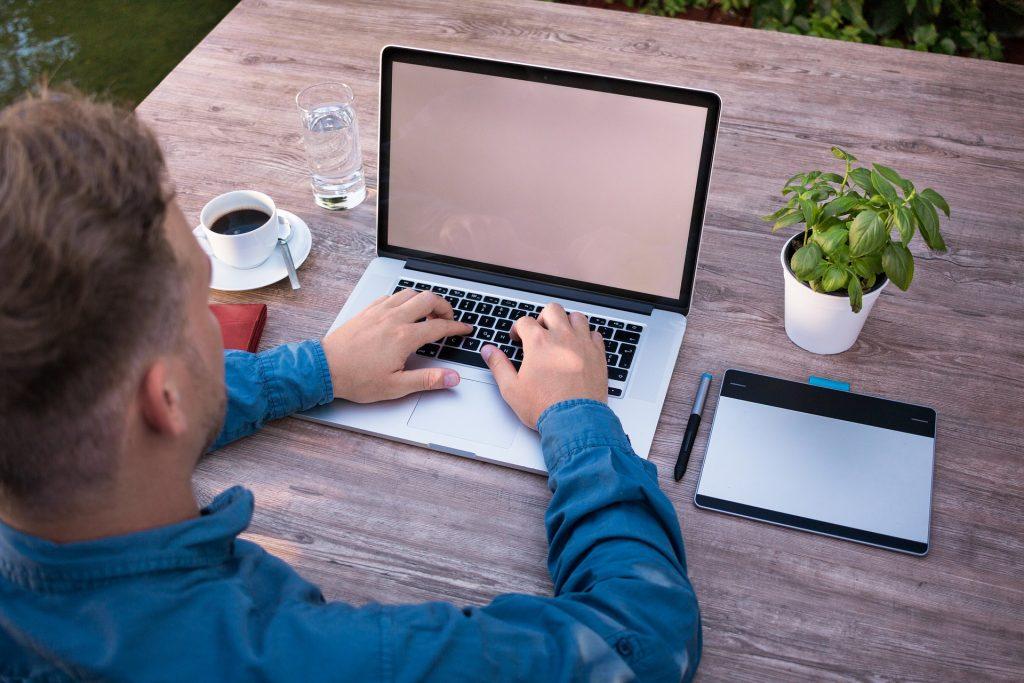 Imagem de um homem utilizando uma mesa digitalizadora.