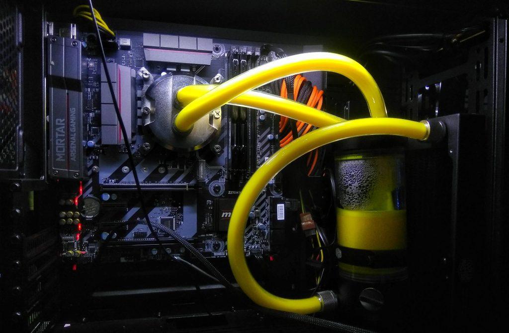 Imagem de water cooler com fluido amarelo