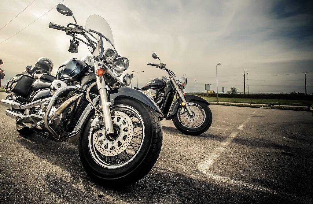 Imagem de motos estacionadas
