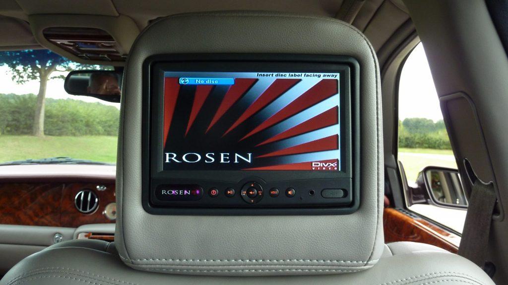 DVD automotivo no banco de trás do carro