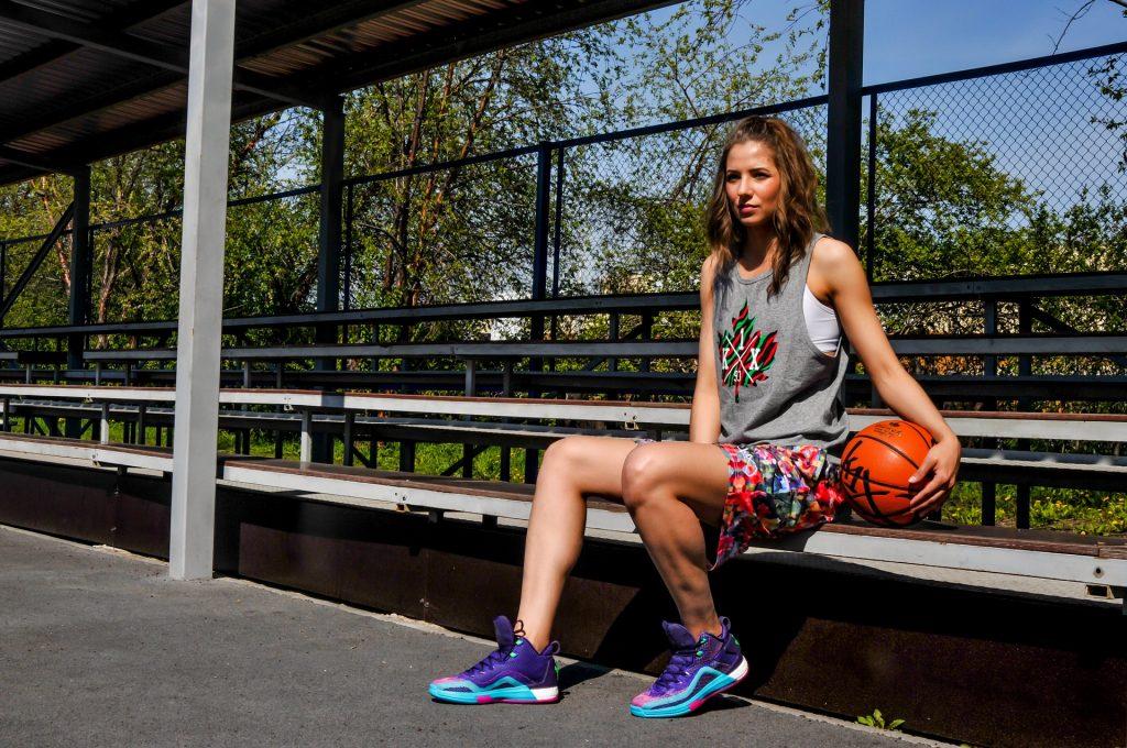 Jogadora de basquete na arquibancada.