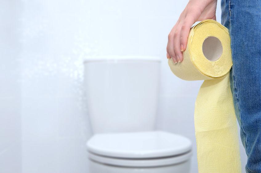 Um vaso sanitário monobloco redondo com tampa aberta e com fundo branco.