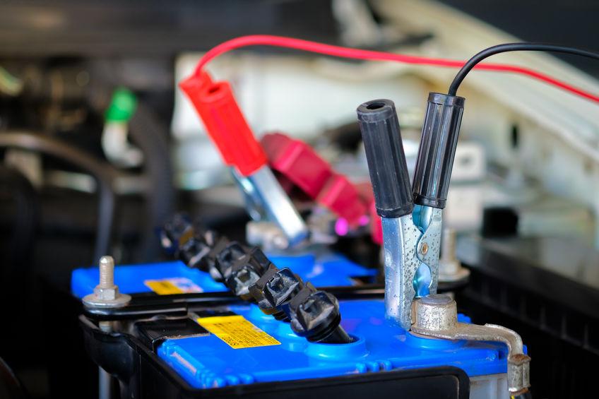 bateria de carro em close com conectores