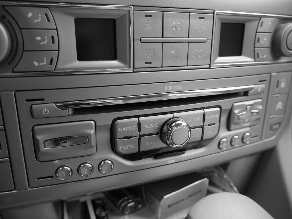 Um som automotivo grande que funciona com Bluetooth