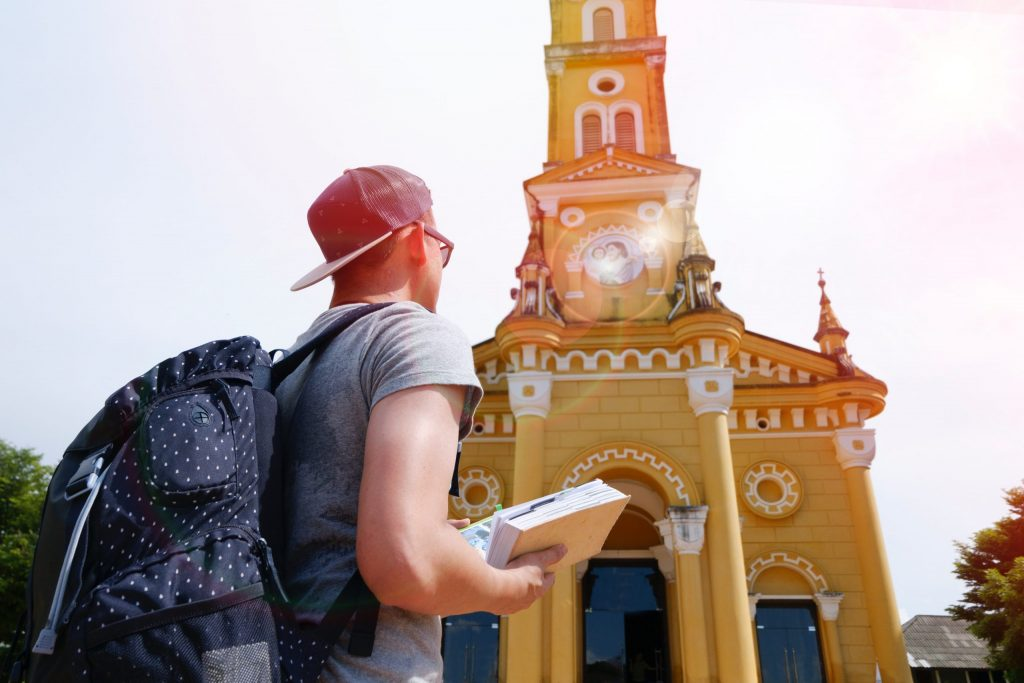 Imagem de um homem usando uma mochila.